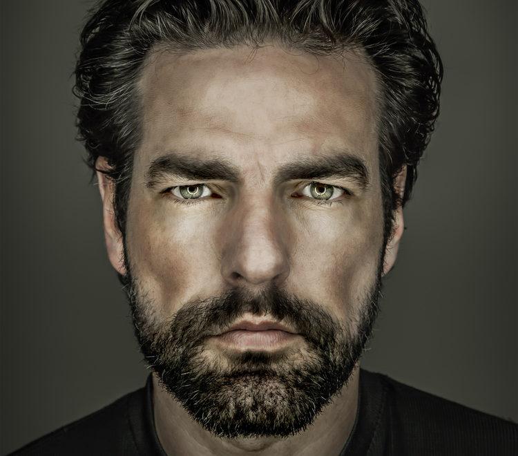 Model, twarz z brodą