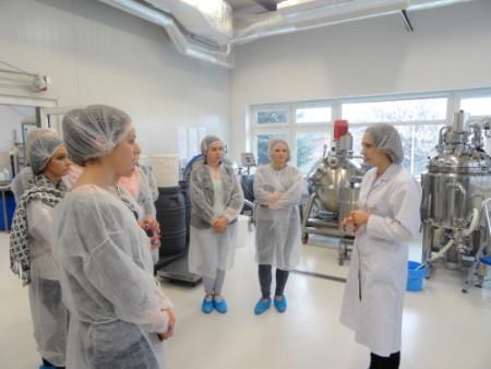 Studenci zwiedzają fabrykę Bandi