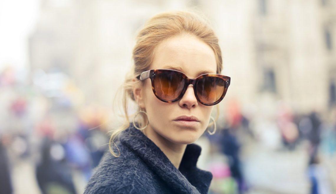 Blondynka w okularach