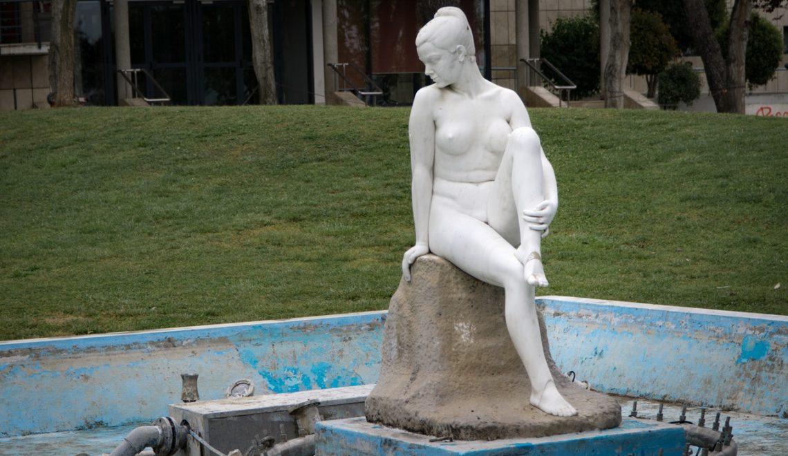 Rzeźba - postać kobiety w wyschniętej fontannie