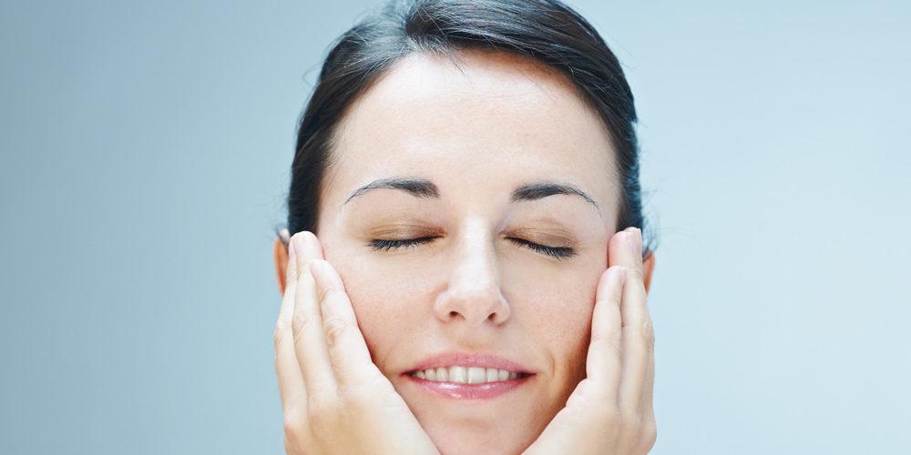 Masaż liftingujący skóry twarzy, szyi i dekoltu