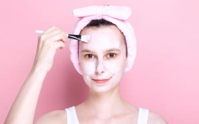 Jak bezpiecznie złuszczać skórę latem?