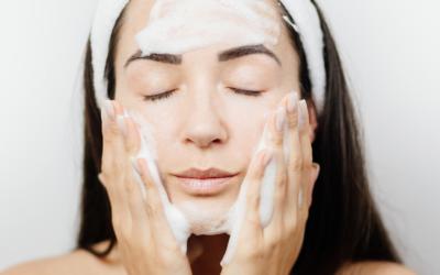 Demakijaż wrażliwej skóry — jak wybrać kosmetyki?